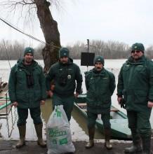 Természetvédelmi őrök munkában a Tisza hullámterén